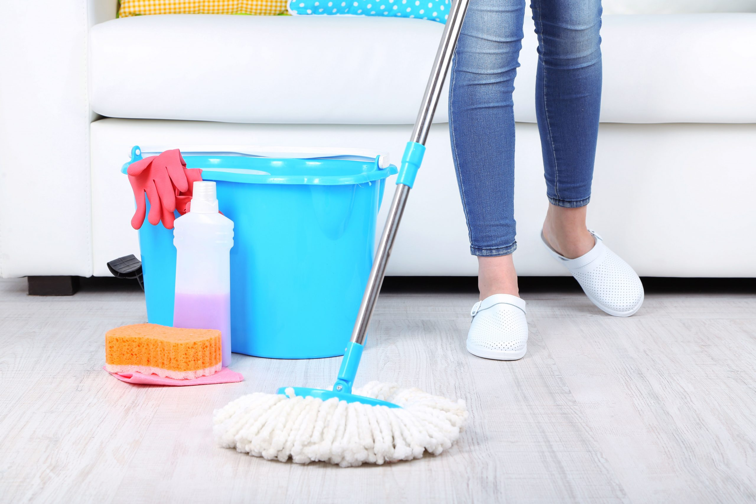 domestic helper floor wiping image